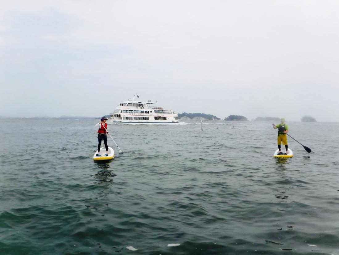 遊覧船とSUP